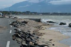 Beschadigde die kustlijnweg door tsunami in palu en kustschuring wordt veroorzaakt stock foto