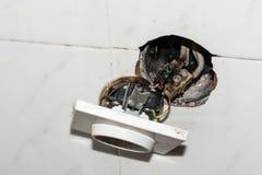 Beschadigde elektrocontactdoos stock fotografie