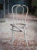 Beschadigde gebroken stoel Stock Afbeeldingen