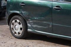 Beschadigde groene auto Royalty-vrije Stock Foto's