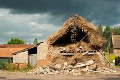 Beschadigde het onweer met stro bedekt Stock Foto