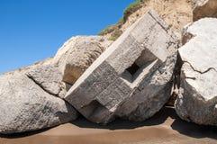 Beschadigde oude bunker op Kalamaki-strand Royalty-vrije Stock Foto's