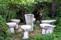 Beschadigde sanitaire die waren als rustende zetel worden ontworpen stock foto's