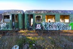 Beschadigde treinwagens in een oud verlaten spoorwegnetwerk Royalty-vrije Stock Afbeelding