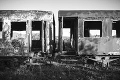 Beschadigde treinwagens in een oud verlaten spoorwegnetwerk Stock Foto