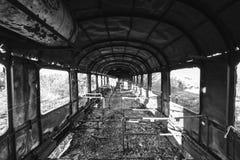 Beschadigde treinwagens in een oud verlaten spoorwegnetwerk Stock Afbeeldingen