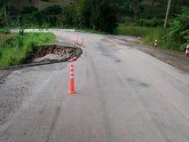 Beschadigde Wegweg in de kant van het land op de hoge Berg dichtbij Royalty-vrije Stock Foto's