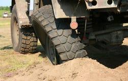 Beschadigde wielvrachtwagen Stock Afbeeldingen