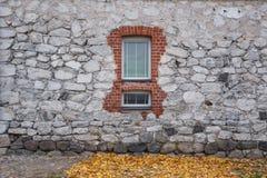 Beschaffenheit der alten Felsenwand für Hintergrund mit Fenster Stockfoto
