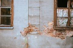 Beschaffenheit der alten Felsenwand für Hintergrund mit Fenstern Stockbild