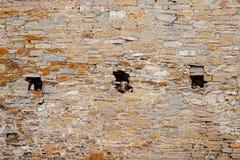 Beschaffenheit der alten mittelalterlichen Schlosswand mit dem Schlupfloch gemacht von den grauen Steinen Lizenzfreies Stockfoto