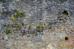 Beschaffenheit der alten mittelalterlichen Schlosswand mit dem Schlupfloch gemacht von den grauen Steinen Stockfotografie