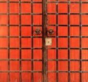 Beschaffenheit der alten roten Metalltür der Kreml, Kasan, Tatarstan, Rus Lizenzfreie Stockbilder