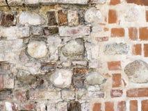 Beschaffenheit der alten schädigenden Wand des roten Backsteins mit Steinhintergrund Lizenzfreies Stockbild