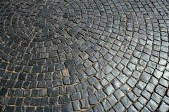 Beschaffenheit der alten Steinpflasterung deckt Kopfsteinziegelsteine Muster, Hintergrund mit Ziegeln Stockbild