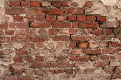 Beschaffenheit der alten Wand des roten Backsteins mit Überresten des Gipses Stockfotos