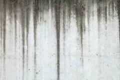 Beschaffenheit der Betonmauer mit den Wasserzeichen, die unten laufen Lizenzfreies Stockbild