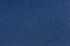 Beschaffenheit der blauen Farbe ein gebürstetes Papierblatt für die leeren und reinen Hintergründe stockbild