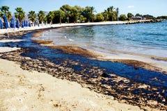 Beschaffenheit der groben Ölpest auf Sandstrand vom Ölpestunfall, Agios Kosmas-Bucht, Athen, Griechenland, am 14. September 2017 lizenzfreie stockfotografie