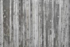 Beschaffenheit der hölzernen Verschalung stempelte auf einer rohen Betonmauer Stockfoto