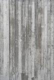 Beschaffenheit der hölzernen Verschalung stempelte auf einer rohen Betonmauer Stockbild
