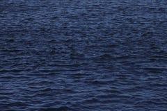Beschaffenheit der Kräuselung auf blauem Wasser Lizenzfreie Stockbilder