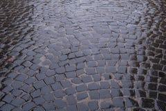 Beschaffenheit der nassen Steinstraße Lizenzfreies Stockbild