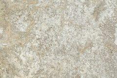Beschaffenheit der Oberfläche der alten Wand des Gebäudes, dort sind Brüche, Sprünge, Farbscheidungen und Salzablagerungen stockfotografie