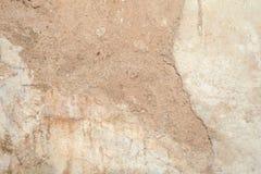 Beschaffenheit der Oberfläche der alten Wand des Gebäudes, dort sind Brüche, Sprünge, Farbscheidungen und Salzablagerungen stockbild