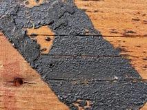 Beschaffenheit Beschaffenheit der roten hölzernen Plankenwand, rustikale Struktur mit den Spuren des Bitumens umfasst Lizenzfreies Stockfoto