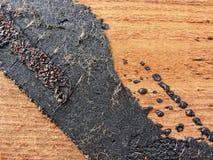 Beschaffenheit Beschaffenheit der roten hölzernen Plankenwand, rustikale Struktur mit den Spuren des Bitumens umfasst Lizenzfreie Stockfotos