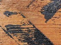 Beschaffenheit Beschaffenheit der roten hölzernen Plankenwand, rustikale Struktur mit den Spuren des Bitumens umfasst Stockfotografie