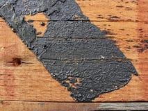 Beschaffenheit Beschaffenheit der roten hölzernen Plankenwand, rustikale Struktur mit den Spuren des Bitumens umfasst Stockbilder