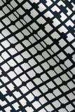 Beschaffenheit der Schwarzweiss-Mode druckt Muster mit Gewebe des geometrischen Designs Stockfotografie