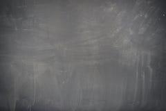 Beschaffenheit der Tafel (Tafel). Leere leere schwarze Tafel mit Kreidespuren Stockfotografie