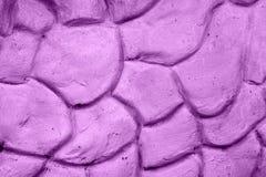 Beschaffenheit der violetten Wand vergipst in der Form von Steinen Lizenzfreie Stockfotografie