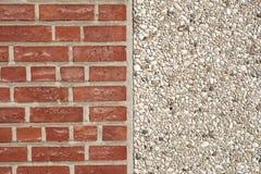 Beschaffenheit der Wand des roten Backsteins und des pebblestone Stockfotografie