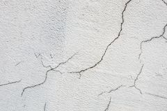 Beschaffenheit der weißen schmutzigen gebrochenen Wand Kleine gerade Sprünge Direkter Bruch auf Lackoberfläche Zellspalt Lizenzfreie Stockfotos