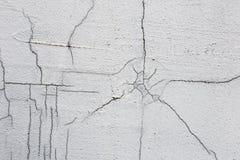 Beschaffenheit der weißen schmutzigen gebrochenen Wand Kleine gerade Sprünge Direkter Bruch auf Lackoberfläche Zellspalt Stockbild