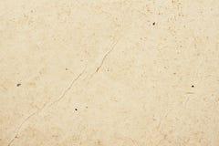 Beschaffenheit des alten organischen Papiers der hellen Creme mit Falten, Hintergrund für Design mit Kopienraumtext oder Bild zur stockfoto