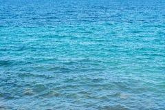 Beschaffenheit des blauen Meerwassers mit Wellen stockfoto