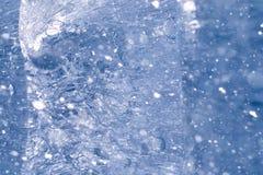 Beschaffenheit des Eises im Winter Stücke gefrorenes Wasser auf einer Straße herein Stockbild