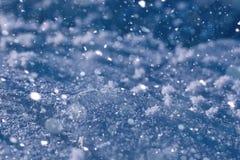 Beschaffenheit des Eises im Winter Stücke gefrorenes Wasser auf einer Straße herein Lizenzfreies Stockfoto