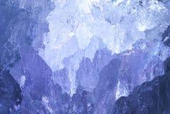 Beschaffenheit des Eises mit dunkelblauem Rücklicht. Stockbild