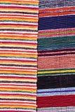 Beschaffenheit des flaumigen handgemachten Teppichs produzierte auf Handwebstuhl, Muster von zwei verschiedenen bunten vertikalen Stockfotografie