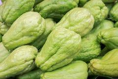 Beschaffenheit des frischen grünen Chayote am Frischmarkt Lizenzfreie Stockbilder