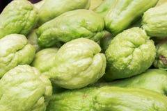 Beschaffenheit des frischen grünen Chayote am Frischmarkt Lizenzfreies Stockfoto