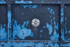 Beschaffenheit des gemalten Metalls mit Verzierungen Blaue abblätternde Farbe Stockfoto