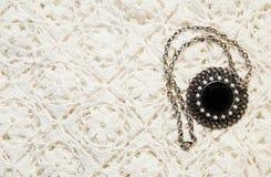 Beschaffenheit des gestrickten Materials und des Juwels lizenzfreie stockfotografie