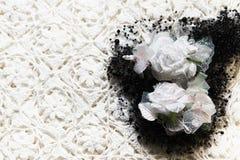 Beschaffenheit des Gewebematerials mit weißen Blumen und Perle stockfotos